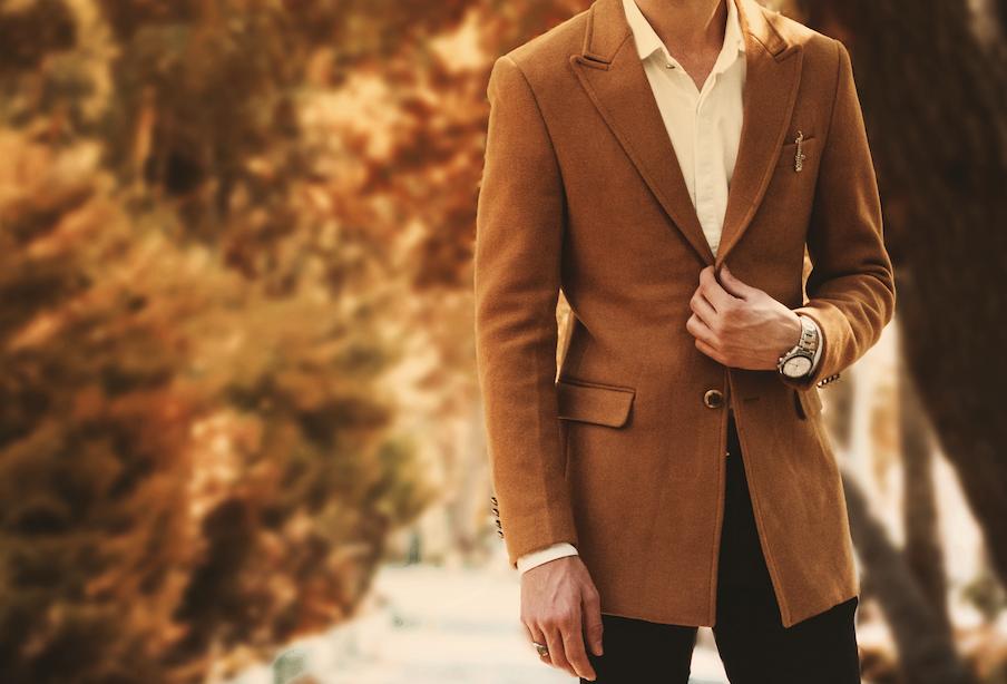 茶色のジャケットの男性写真