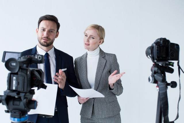 男性と女性のニュースキャスター