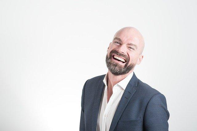 笑顔の男性の写真