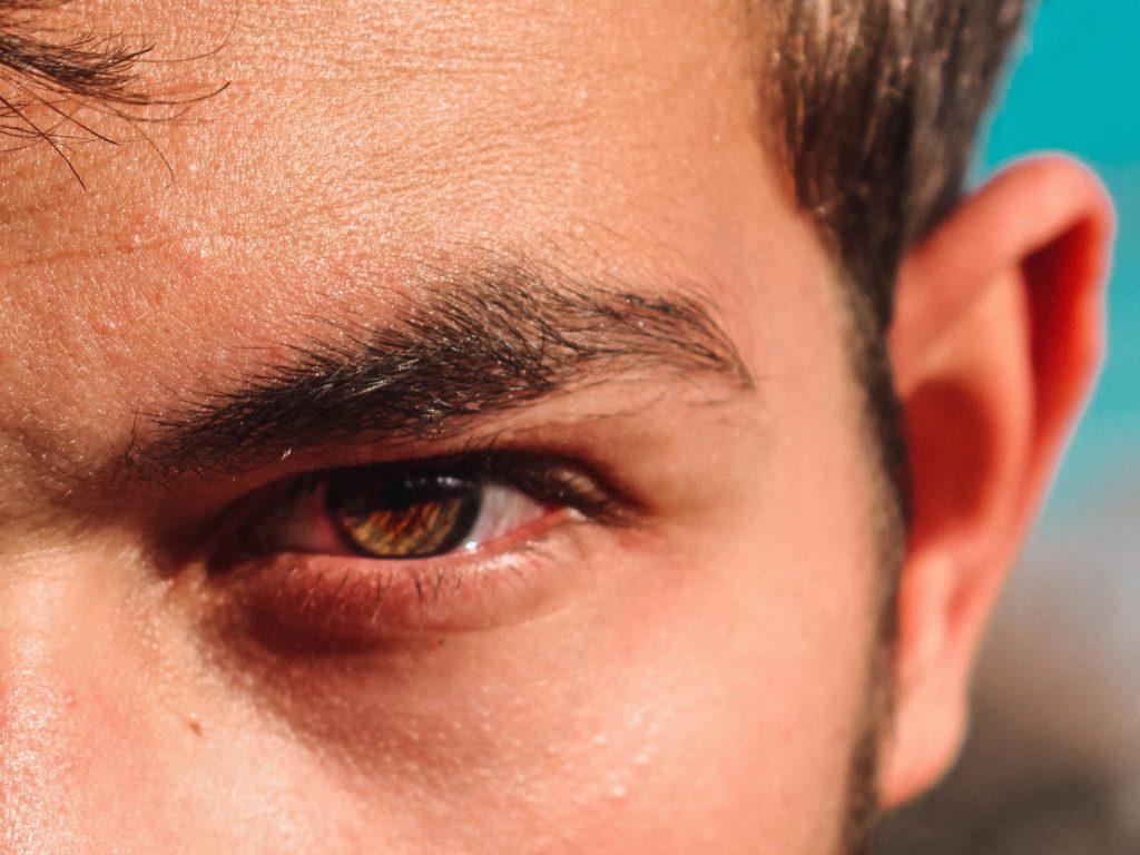 男性の目と眉のアップ写真