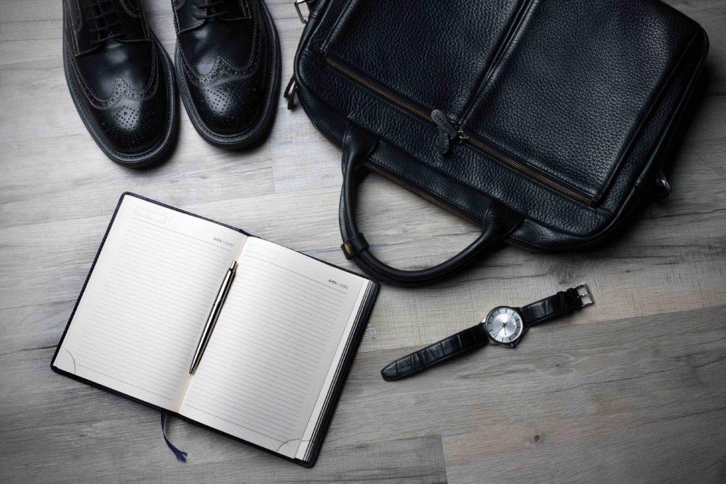 靴、カバン、時計、手帳の写真