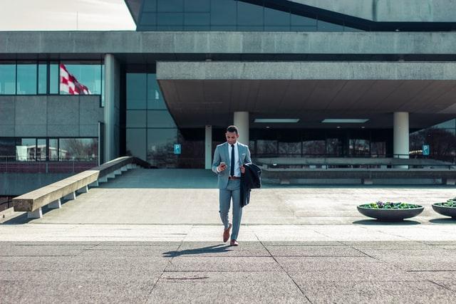 空港前のスーツの男性の写真