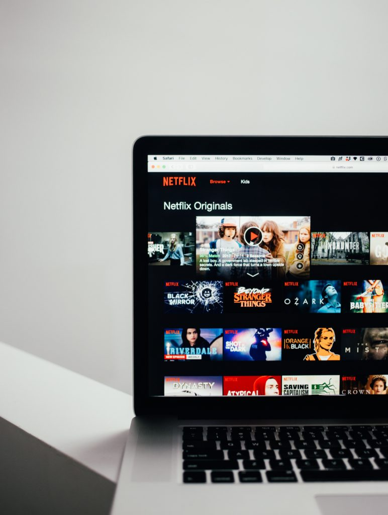 パソコンの画面に映画のタイトルが映っている写真