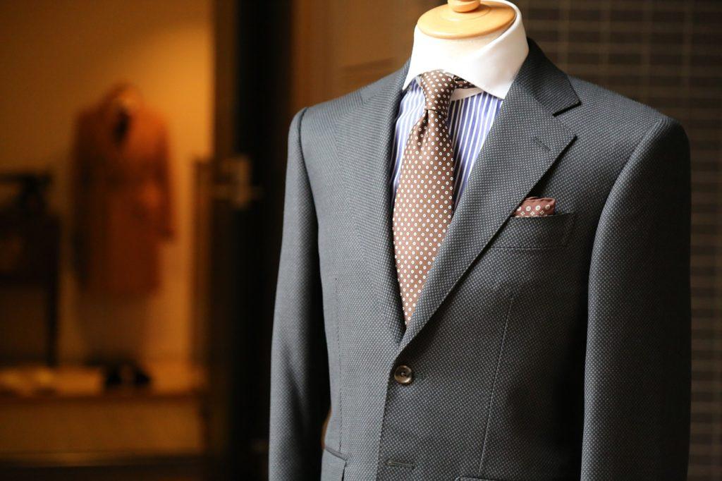 グレイのスーツの写真
