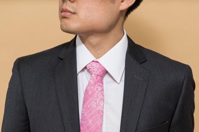 ピンクのネクタイの男性の写真