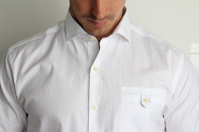 白シャツの男性の写真