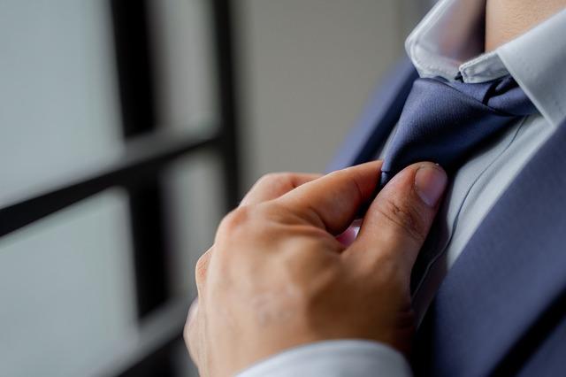 ネクタイを締める男性の写真