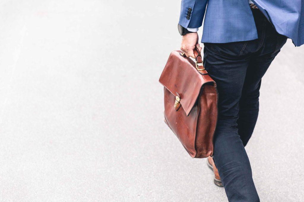 歩くビジネスマンの写真